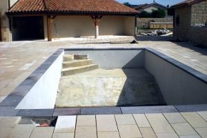 Margelle de piscine en pierre de volvic2