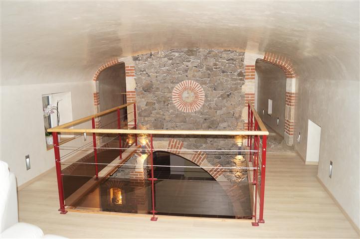 Maçonnerie générale : façades, murs en pierres, garages, vérandas, dallage, escalier, cheminée, stucs et badigeons.